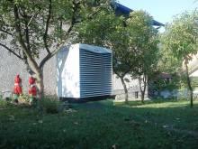 Slika prikazuje zunanjo enoto toplotne črpalke Vaillant zrak/voda 10 kW